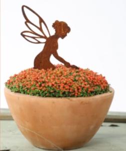 helfende Gartenfee mit kleiner Schaufel Deko aus Rost