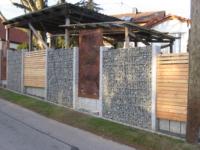 Edelrost Sichtschutz in Steinmauer integriert