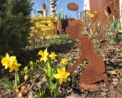 Gartenfee mit Narzissen helfende Elfe Gartenhelferlein
