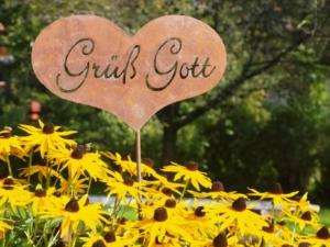 Deko Herz am Hauseingang mit Grüß Gott Gartenstecker Dekoherz