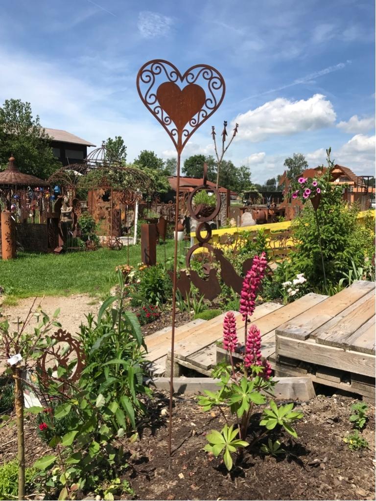 Bepflanzung im Garten - rostiger Garten Betzigau im Allgaeu