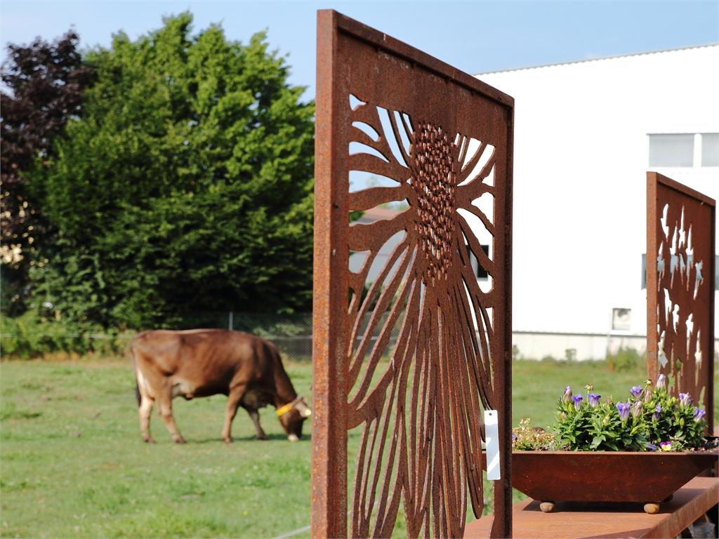 Sichtschutzwand im Garten - rostiger Garten Betzigau im Allgaeu