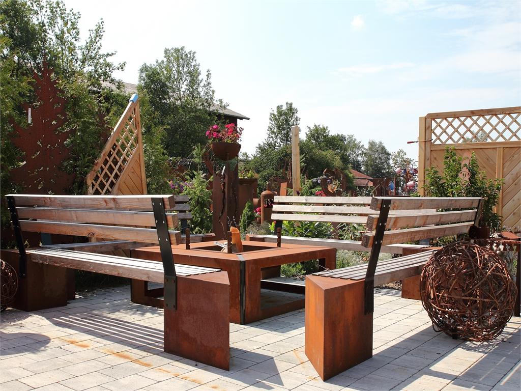 Sitzgelegenheiten- rostiger Garten Betzigau im Allgaeu